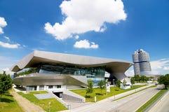 BMW huset i Munich lokaliseras bredvid högkvarteret av ett företag och museet av BMW Royaltyfri Fotografi