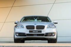 BMW 535i业务分类轿车新的现代模型  免版税库存照片