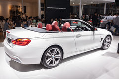 BMW 420i敞篷车侧视图在显示的 库存照片