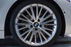 BMW 435i的合金轮子 免版税库存图片