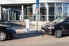 BMW I und Elektroautos Opels Ampera, die aufgeladen werden lizenzfreies stockfoto