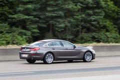 BMW kupé för 6 serie på huvudvägen Royaltyfria Bilder
