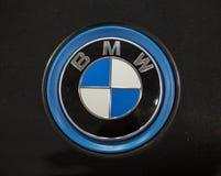 BMW loga kruszcowy zbliżenie na BMW samochodzie wystawiającym przy MOTO przedstawieniem w Krakowskim Polska obrazy stock