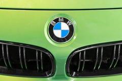 BMW-Logo auf grüner Kalkhaube des ansehnlichen Luxusautos Lizenzfreies Stockfoto