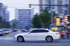 BMW longwheelgrund för 5 serie i centrum under skymning, Peking, Kina Arkivbild