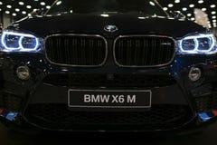 BMW X6M 2017年 一辆现代跑车的车灯 豪华跑车正面图  汽车外部细节 免版税图库摄影