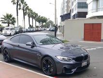 BMW M4小轿车在利马米拉弗洛雷斯旅游区停放了 免版税图库摄影