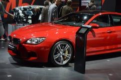 BMW M6第六名系列莫斯科国际汽车沙龙妇女白肤金发的红颜色 免版税库存照片