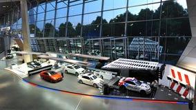 BMW M bilar och M-säkerhetsbilar på skärm på BMW världen Royaltyfri Bild