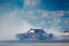 BMW M3 gira con sovrasterzare e fumo pesante che vengono dalle gomme posteriori, concorrenza 09 della deriva di Vinnytsia 07 2017 Fotografia Stock