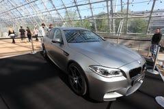 BMW M5 på den auto mobila internationell handelmässan Arkivbilder