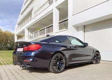 BMW M4 parkerade framme av hyreshus, Turnhout, Belgien Arkivfoton