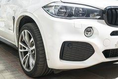 BMW X5 M Perfomance 轮胎和合金轮子 车灯 一辆白色现代豪华跑车的正面图 汽车外部细节 免版税图库摄影