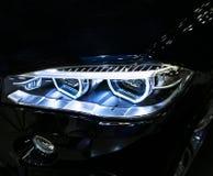 BMW X6M 2017 Scheinwerfer eines modernen Sportwagens Vorderansicht des Luxussportwagens Autoäußerdetails Stockbilder