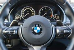 BMW X5M 2017, sluit omhoog van stuurwiel, binnenlandse details van de dashboard de moderne auto stock fotografie