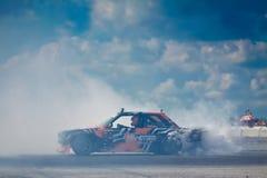 BMW M3 vänd med att överstyra och tung rök som kommer från bakre gummihjul, Vinnytsia drivakonkurrens 09 07 2017 redaktörs- foto Arkivfoto