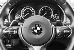 BMW X5M 2017, zamyka up kierownica, deski rozdzielczej wnętrza nowożytni samochodowi szczegóły czarny white Zdjęcie Stock