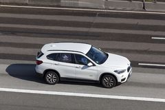 BMW X1 på huvudvägen Arkivfoto