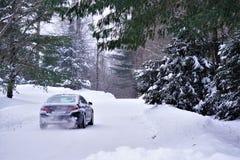 BMW przyśpiesza na śnieżnej drodze zdjęcia stock