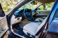 BMW 3 reeksen E90 330i het Fonkelen Grafiet binnenlandse mening bij mo Stock Foto's
