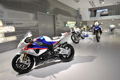 BMW S 1000 RR y otras motocicletas en la exhibición en el museo de BMW Imagen de archivo libre de regalías