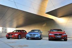 BMW 3 serie på skärm på BMW världen Arkivbilder