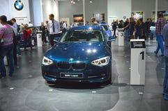 BMW serii pierwszy zmrok - błękitnego ruchu drogowego Moskwa samochodu Międzynarodowy salon Fotografia Stock