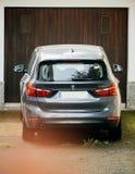 BMW SUV delante de la puerta del garaje foto de archivo libre de regalías
