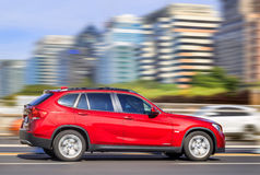 BMW vermelho brilhante X1 1 8i na estrada, Pequim, China Fotos de Stock Royalty Free