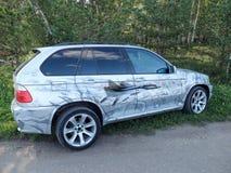 BMW X5 bilmärke med bilden av militärt flygplan Arkivfoton
