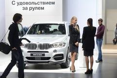 BMW X5 M50d Metallisk färg För bilsalong för Moskva internationellt sken Arkivfoton