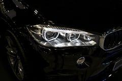 BMW X6M 2017 Scheinwerfer eines modernen Sportwagens Vorderansicht des Luxussportwagens Autoäußerdetails Stockfotos