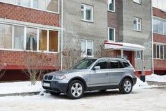 BMW X3 parkte im Winter nahe dem Haus Stockbild
