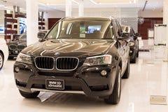 BMW X3 xDrive bil 20d på skärm på Siam Paragon Mall i Bangkok, Thailand. Royaltyfria Bilder