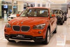 BMW X1 xDrive bil 20d på skärm på Siam Paragon Mall i Bangkok, Thailand. Arkivfoton