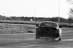 黑BMW Z4疯狂漂移在赛马跑道 库存图片