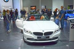 BMW Z4白色颜色敞蓬车莫斯科国际汽车沙龙 免版税库存图片
