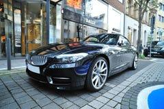 BMW Z4跑车在高豪华街道停放了   免版税库存图片