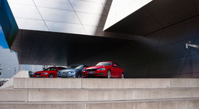 在BMW博物馆前面的BMW汽车 库存图片