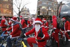 BMX圣诞老人慈善自行车乘驾伦敦2017年 库存照片