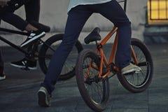 bmx的年轻少年自行车骑士 免版税库存照片