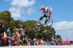 BMX车手跳跃 免版税图库摄影