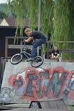 Bmx骑自行车的人 库存图片