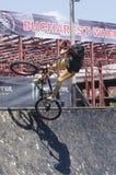 BMX骑自行车的人 免版税图库摄影