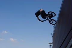 Bmx骑自行车的人 库存照片
