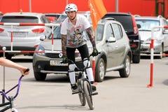 BMX骑自行车者为竞争做准备 免版税库存照片
