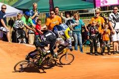 BMX участвуя в гонке вентиляторы подростков Стоковые Фото
