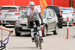 BMX-cyklister som förbereder sig för konkurrenser Royaltyfri Foto