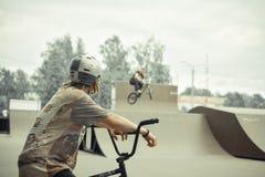 BMX-de ruiters in de vleet parkeren Stock Foto