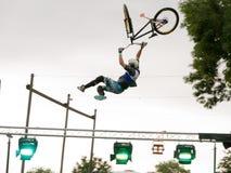 BMX de sprongatleten tonen daar bewegingen Royalty-vrije Stock Foto's